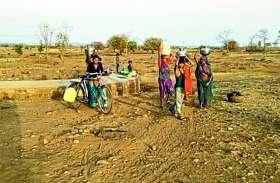 कई किलोमीटर दूर से पानी लाने की मजबूरी, ग्रामीण क्षेत्र में अभी से संकट
