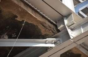 कभी भी हादसे को अंजाम दे सकता है रेलवे स्टेशन के प्लेटफार्म 01 व 02 को जोडऩे वाला फुट ब्रिज