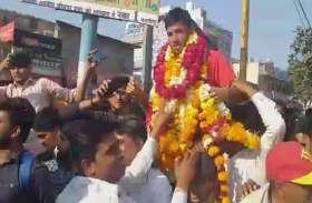 अंडर 19 विश्वकप क्रिकेट में धूम मचाने के बाद जोधपुर लौटा रवि, लोगों ने गाजे-बाजे के साथ किया स्वागत