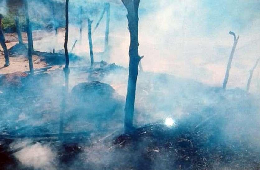 अज्ञात कारणों से लगी गरीब की झोपड़ी में आग