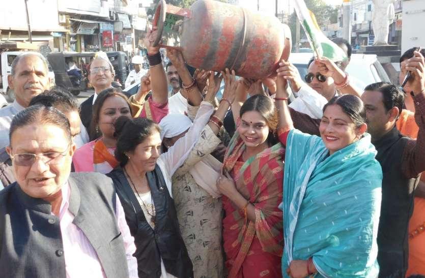 महिलाओं ने सड़क पर जलाया चूल्हा, किया पुतला दहन