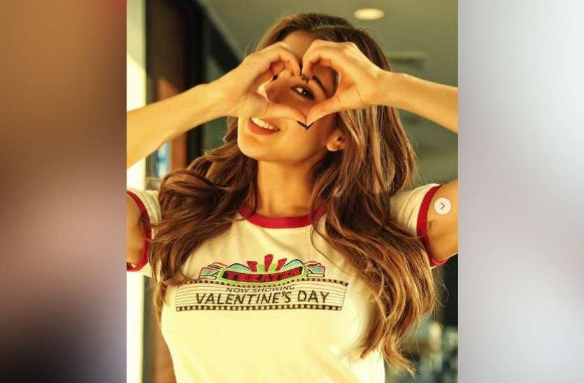 सारा अली खान पर चढ़ा प्यार का खुमार, पहने घुम रही हैं 'Valentine Day' की टी-शर्ट