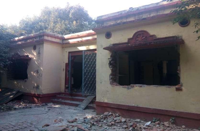 महामना मदन मोहन मालवीय के बनवाए 100 साल पुराने भवनों को गिराने में जुटा BHU प्रशासन