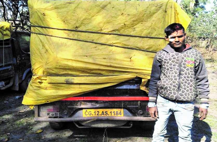 कबाड़ से भरी गाड़ी को पुलिस ने पकड़ा, चालक व कबाड़ दुकान चलाने वाली महिला गिरफ्तार