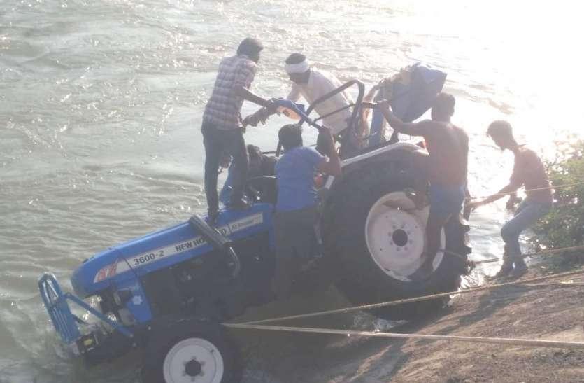 ट्रैक्टर का बिगड़ा संतुलन, रास्ता छोड़ इंदिरा सागर नहर में गिरा, युवक की मौत