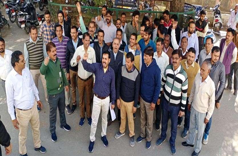 कर्मचारी महासंघ के कर्मचारियों ने रैली निकाली