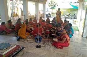 मंदिर में प्रसाद से ज्यादा जरूरी है घर में बैठे बुजुर्ग को भोजन