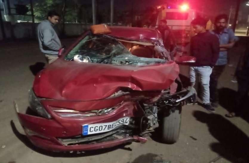 खड़ी ट्रक से जा भिड़ी कार, सड़क हादसे में महिला बाल विकास विभाग के अधिकारी की मौत, पत्नी समेत चार घायल