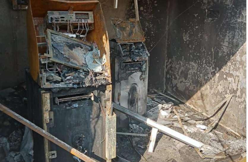 27 लाख रुपए से भरे एटीएम में लगी आग, पूरा बूथ हुआ जलकर खाक