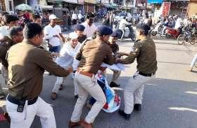 महंगाई के पुतले को लेकर कांग्रेसियों और पुलिस में खींचतान, चिंदी हाथ लगी तो जलाकर जताया विरोध