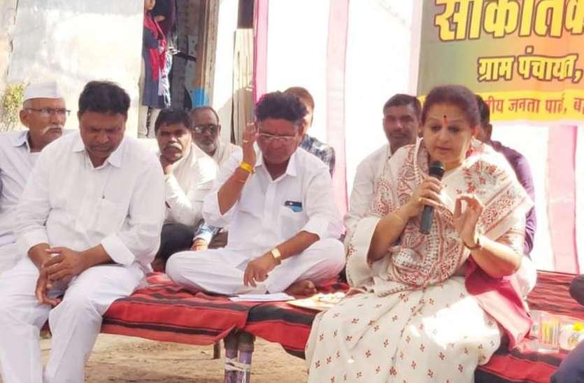 पानी की टंकी को लेकर धरने पर बैठ गई पूर्व मंत्री