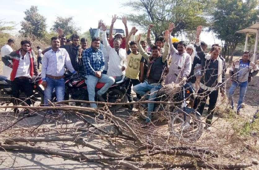 नहरी पानी की मांग को लेकर सडक़ पर किसानों ने लगाया जाम