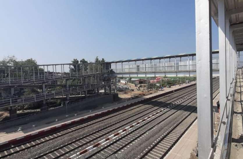 भोपाल में गिरा एफओबी तो सकते में आ गए रेलवे अधिकारी