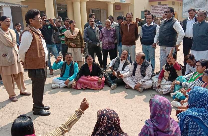 मुख्यमंत्री के शहर में वर्दीधारियों पर गैंगरेप का आरोप: कांग्रेस ने शुरू किया धरना, थाने को निलंबित करने की मांग
