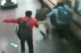 Video: चलती ट्रेन से गिरीं महिला, RPF जवान ने यूं बचाई जान