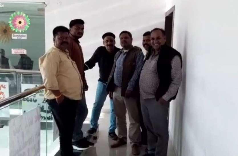 भाजपा अपने पार्षदों को संभालने में जुटी तो कांग्रेस की नजरें भाजपा के पार्षदों पर