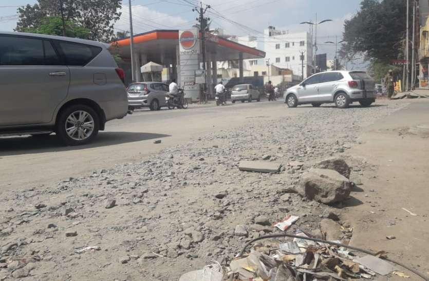 मुख्य मार्ग के तिराहे की सड़क टूटी, कई बार यातायात होता है प्रभावित