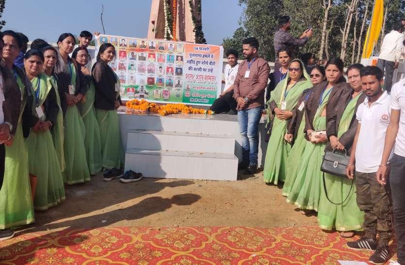 पुलवामा के शहीद अश्विनी के गांव पहुंचीं मातृशक्ति, लाईं आंगन की मिट्टी