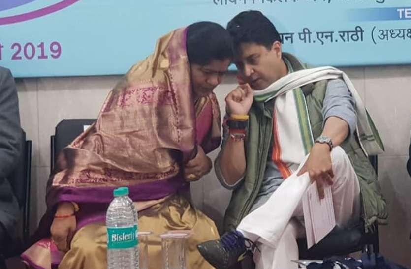 ज्योतिरादित्य सिंधिया की करीबी मंत्री इमरती देवी बोली- महाराज सड़क पर उतरे तो पूरी कांग्रेस उतरेगी