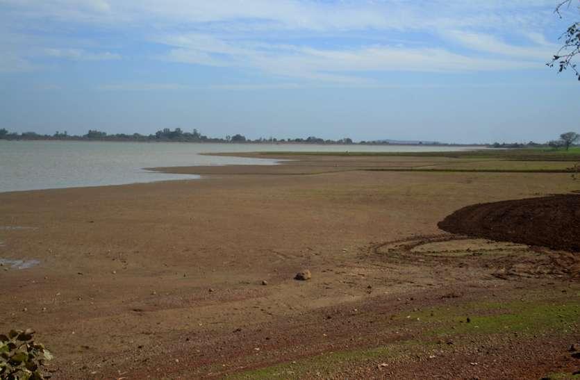 पानी की चोरी: अमाही तालाब में बचा18.5 फिट पानी, 16.5 फिट रहता है शहर के लिए रिजर्ब