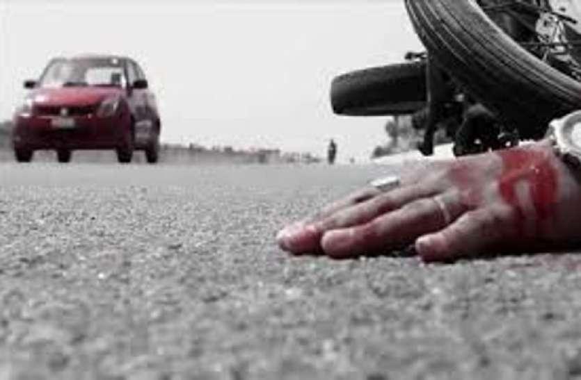कार चालक की लापरवाही: अचानक गेट खोला, बाइक पर जा रहा परिवार उजड़ा