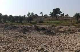 सूखी नदी में दिन-रात अवैध खनन, पत्थरों को खोदकर ट्रैक्टरों से ले जा रहे कारोबारी