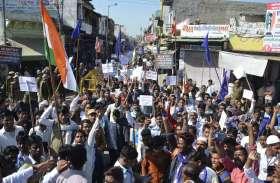 केंद्र सरकार के विरोध में तिरंगा मार्च निकाला, पुलिस की फूली सांसें