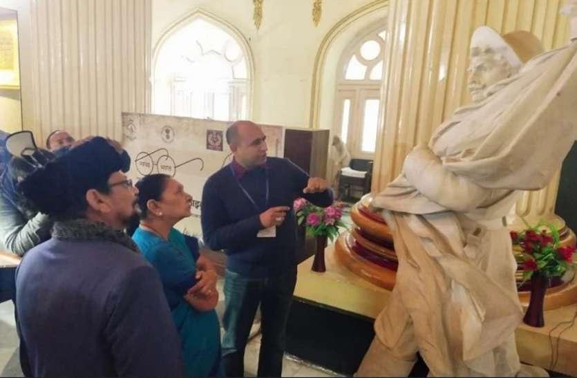 Rampur की रजा लाइब्रेरी में बेशकीमती पांडुलिपियां देख मंत्रमुग्ध हुई राज्यपाल आनंदीबेन पटेल
