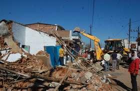 प्रशासन ने तोड़े दो दर्जन मकान, भटिया टोला में बसाएंगे विस्थापितों को
