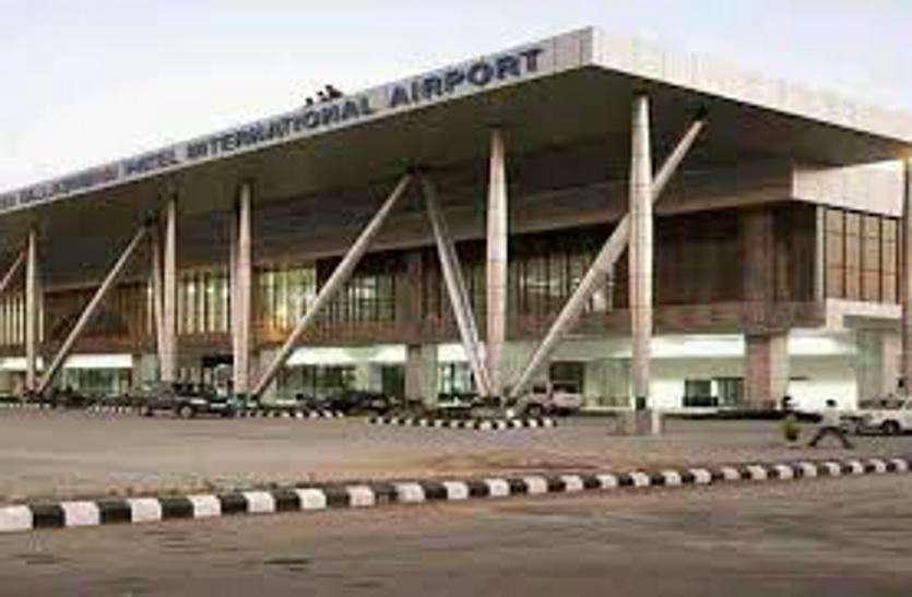 Ahmedabad airport: उड़ान भरते विमान से टकराया पक्षी, मामूली आग