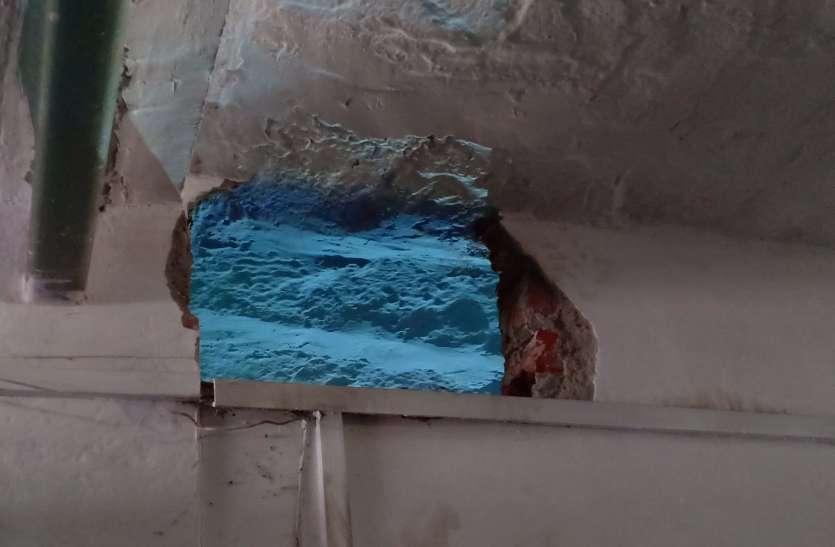 दीवार तोड़कर दो दुकानों से नकदी व सामान पार