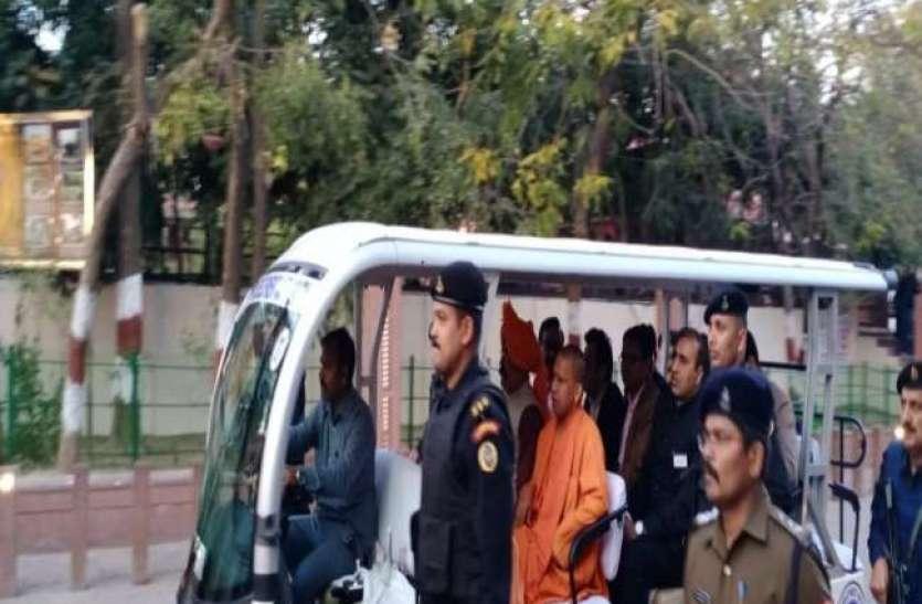 US President Donald Trump in India ताजमहल पहुंचे सीएम योगी, लिया सुरक्षा व्यवस्था का जायजा