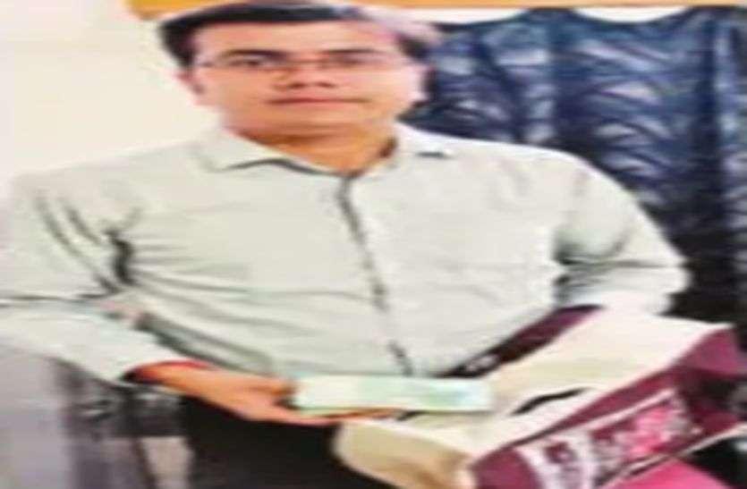 शातिर बदमाश ने लगाया थैले के चीरा, मगर नोटों की गड्डियां होने से बच गए पांच लाख रुपए