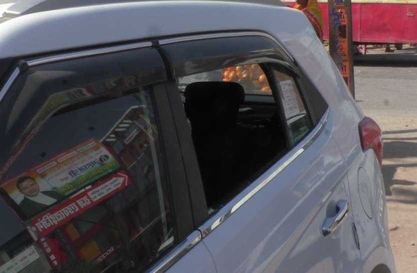 मऊ में कार का शीशा तोड़कर 70 हजार नगद और जेवरात को उच्चकों ने उड़ाया