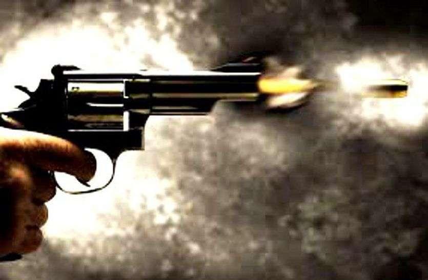 हत्या के लिए चलाई गोली, युवक के सिर से ऊपर से निकल दीवार में घुसी