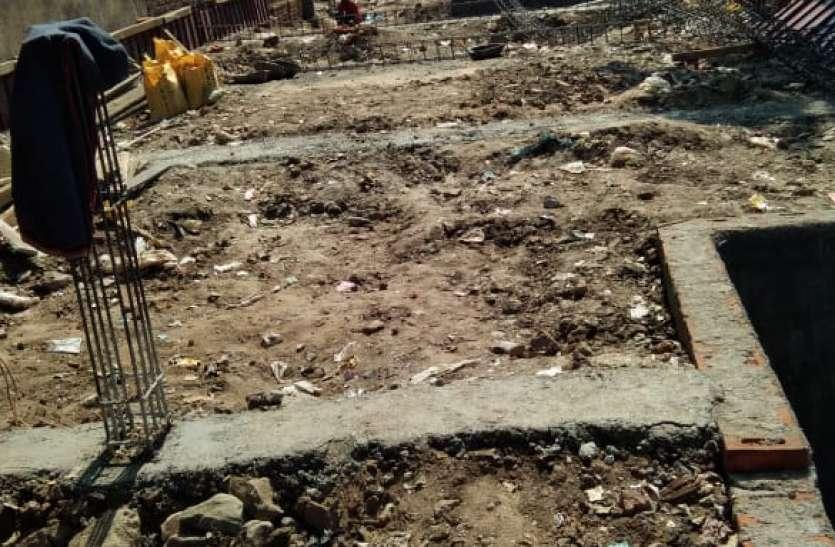 सरकारी आवासों को गिराकर हो रहा शोरूम का निर्माण