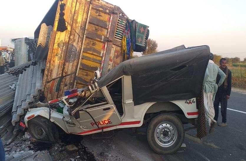 नाकाबंदी तोड़ पुलिस की गाड़ी पर चढ़ाया ट्रक, पुलिसकर्मियों ने भागकर बचाई जान