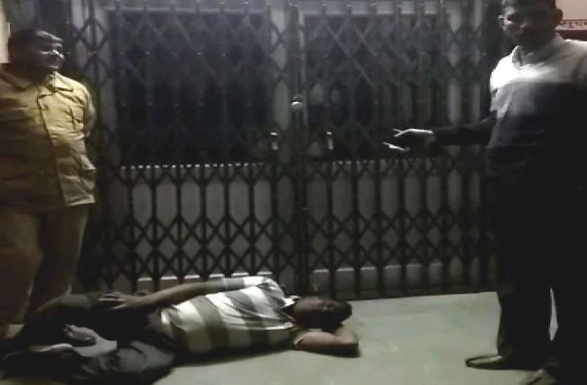अस्पताल पर ताला,घायल को लेकर पहुंचे पुलिसकर्मियों ने बनाया वीडियो