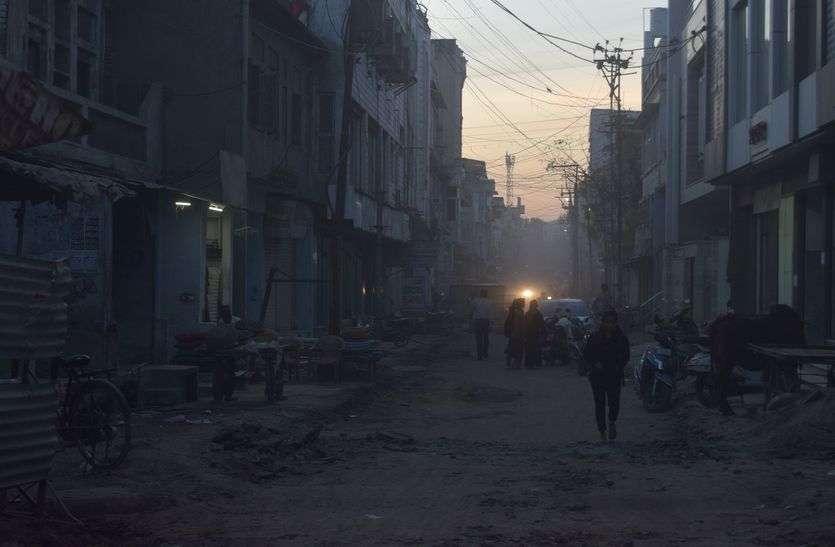 खुदी सड़के, उड़ रही धूल, आमजन परेशान