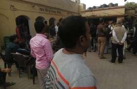 बीजेपी विधायक के बेटे ने तहसील में घुसकर अधिकारी को पीटा, कई दिनों से दे रहा था धमकी