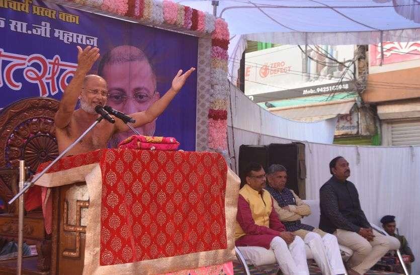 देखें VIDEO जैन मुनि ने विधायक से कहा, सीएम कमलनाथ को कहो अंडा नहीं, इमरती खिलाएं