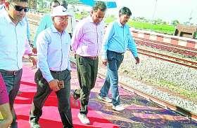 प्रधानमंत्री और रेलमंत्री के निर्देशों भूले रेलवे अफसर, साहब की अगवानी के लिए बिछा दिया रेड कारपेट