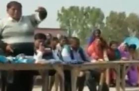 VIDEO: नकल कर कैसे पास करें बोर्ड एग्जाम, स्कूल के ही प्रबंधक ने छात्रों को बताया यह तरीका