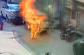धमकियों से परेशान होकर डॉक्टर ने खुद को लगाई आग तो वीडियो बनाने लगे लोग