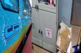 हल्की बारिश में ही कॉरपोरेट ट्रेन काशी-महाकाल एक्सप्रेस की छत से टपकने लगा पानी