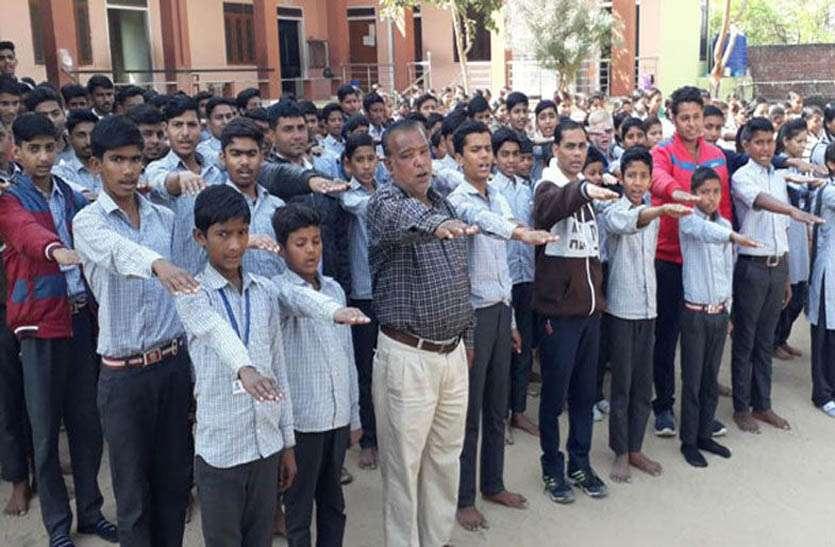 विद्यार्थियों व शिक्षकों ने एक वर्ष में 70 घंटे श्रमदान करने की शपथ ली