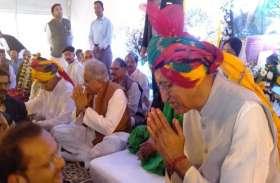 राजमाता को श्रद्धांजलि देने अंबिकापुर पहुंचे सीएम भूपेश, स्वास्थ्य मंत्री टीएस ने हाथ जोडक़र जताया आभार