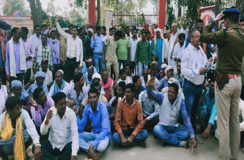 धान खरीदी पर सरकार के खिलाफ उग्र हुए किसान, रायपुर-जबलपुर नेशनल हाइवे किया जाम