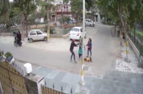 दिनदहाड़े कोतवाली के पास महिला से चेन लूटने का प्रयास, सीसीटीवी कैमरे में कैद हुई वारदात