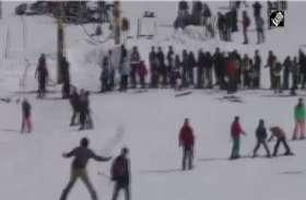 गुलमर्ग में ताजा बर्फबारी से मौसम हुआ सुहाना, सैलानियों ने उठाए लुफ्त, देखें वीडियो